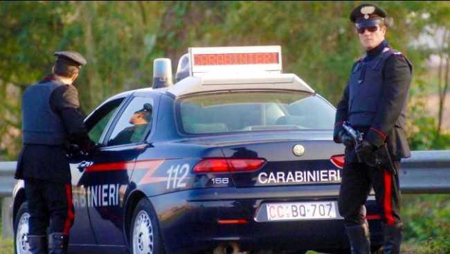 carabinieri auto agenti piedi