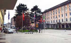 corta piazza stazione bandiere monumento
