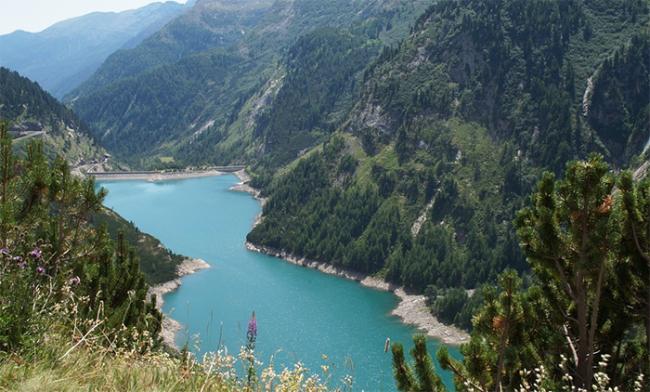lago alpino diga
