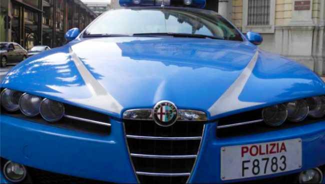 polizia auto fronte cofano