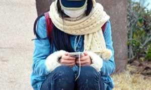 b ragazza sola cellulare