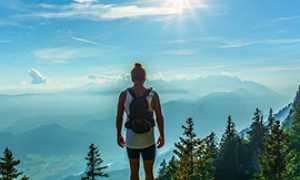 corta montagna vetta donna sole