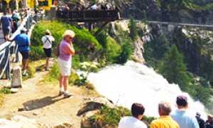 corta passerella cascata toce turisti
