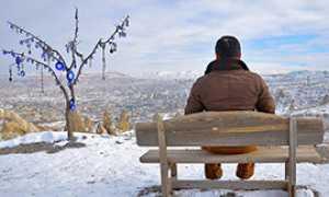 corta uomo solo panorama neve