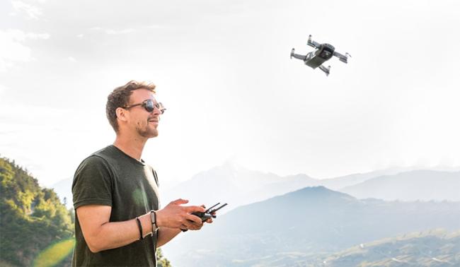 drone pilota montagne