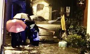 ombrelli pioggia alluvione persone